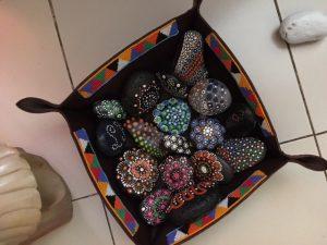 coloriage sur pierres de Lydie à Dakar